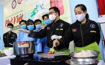 Hoa hồi vàng dạy sinh viên nấu phở ngon