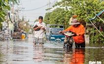 Trời không mưa, triều cường không cao, đường ở Thủ Đức vẫn ngập cả mét