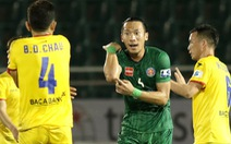 Ngoại binh CLB Sài Gòn tỏ thái độ khi đối thủ chơi cùi chỏ