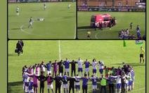 Đang thi đấu cầu thủ đổ gục vì 'ngưng tim', mọi người cùng nắm tay cầu nguyện