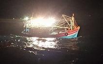 Cứu 7 ngư dân bị trôi dạt trên biển khi có gió mùa cấp 6