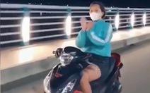 Phạt cô gái múa quạt, thả tim khi chạy xe máy trên cầu Thạch Bích