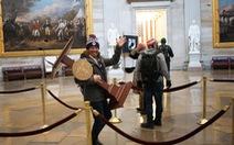 Bi hài khi người biểu tình 'chôm' bục phát biểu của bà Pelosi rao bán gần 15.000 USD