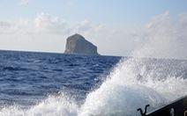 Sóng lớn khiến 2 công nhân bị 'kẹt' ở hải đăng Hòn Hải, 2 người khác bị cuốn mất tích