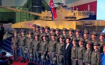 Dự triển lãm vũ khí, ông Kim Jong Un nói: 'Con cháu chúng ta cần phải mạnh trước đã'