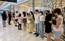 Dân Sài Gòn sắm hàng hiệu chỉ 100.000 - 199.000 đồng, xếp hàng 3 nơi mới mua được chiếc áo