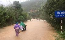 Miền Trung mưa như trút, nước lũ chia cắt nhiều tuyến đường, 3 người mất tích