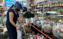 Hàng hóa lễ 20-10 đa dạng nhưng nhu cầu giảm, người bán hoa trái lo ế