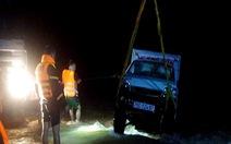 Xe tải nhỏ bị nước cuốn xuống sông Trà Khúc, vợ chết, chồng mất tích