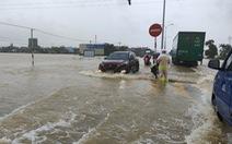 Mưa lớn, nước tràn ngập quốc lộ 1, dân Quảng Nam hối hả sơ tán