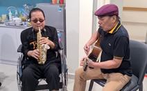 Trần Mạnh Tuấn, Trần Tiến hát 'Không gục ngã' tại bệnh viện