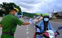 Thấy đồng bào đội mưa về quê, CSGT và người dân chung tay giúp đỡ