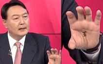 Ứng viên tổng thống Hàn Quốc viết chữ 'Vương' trong lòng bàn tay