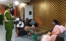 Xử phạt, buộc cách ly có trả phí nhóm 14 nam nữ hát karaoke bất chấp lệnh cấm
