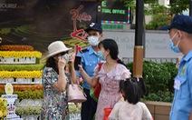 Người dân vẫn lơ là gỡ khẩu trang khi đi đường hoa Nguyễn Huệ