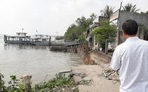 Phà quay đầu va đuôi vào bờ, 6 căn nhà lọt xuống sông trưa mùng 3 Tết