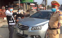 Tài xế không mang giấy tờ xe, không cho đo nồng độ cồn, còn livestream trên mạng