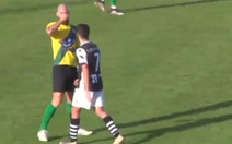 Cầu thủ bị đuổi vì hỉ mũi vào đối phương dù đang có dịch COVID-19
