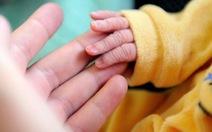 Em bé sinh ra sau ca cấy ghép tử cung cực kỳ hiếm trên thế giới