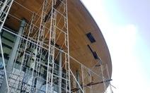Nhà hát trăm tỉ vừa đưa vào sử dụng, gỗ ép trên mái đã rơi xuống
