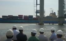 Yêu cầu điều tra vụ tàu container đâm gãy cần cẩu thi công cầu Phước Khánh