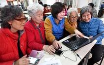 Các cụ già 60-90 tuổi học sử dụng smartphone để chống dịch COVID-19