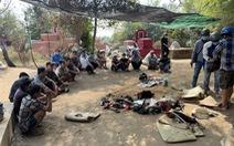 Vào nghĩa địa che bạt để đánh bài, lắc tài xỉu, 22 người bị bắt tại trận