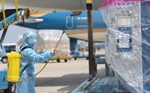Lô vắc xin ngừa COVID-19 đầu tiên về Việt Nam đã đáp xuống sân bay