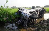 Xe khách đi lễ chùa tông với xe tải cùng văng xuống ruộng, 1 người chết
