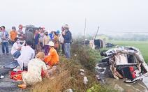Video: Xe tải tông nát xe chở khách đi hành hương, 2 người chết, nhiều người bị thương