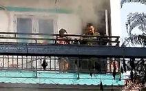 Chiến sĩ cởi đồ bảo hộ, mặt nạ chống độc cứu cháu bé kẹt ở ban công ngôi nhà cháy