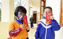 Bà con, học sinh nghèo Hà Tĩnh vui mừng nhận quà Tết sẻ chia