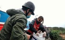 Nhóm bạn trẻ 8 năm giúp người Hà Nội 'thả cá chép, không thả túi nilông'