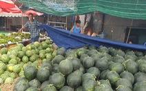 Sức mua chậm còn gặp mưa, người bán hoa trái ở Sài Gòn lo sốt vó