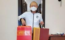 HLV Park Hang Seo nhận quà Tết của Thủ tướng Nguyễn Xuân Phúc trong khu cách ly