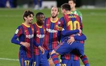 Vừa vào sân từ ghế dự bị Messi ghi bàn giúp Barca 'thoát nạn'
