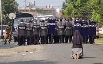 Nữ tu quỳ xin cảnh sát Myanmar ngừng trấn áp người biểu tình