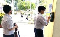 Học sinh thích thú với căngtin không tiền mặt phòng dịch COVID-19