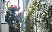 Cháy nhà trong ngõ sâu phố cổ Hà Nội, người dân tháo chạy
