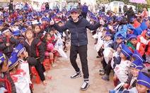NS Hoài Linh cùng Hảo Hảo trao yêu thương đến trẻ nghèo Điện Biên