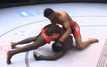 Bị khóa chặt, võ sĩ nhấc đối thủ rồi ném mạnh xuống sàn để 'chuyển bại thành thắng'