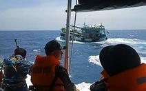 Truy đuổi 40 phút trên biển, nổ súng bắt tàu chở 3.000 lít dầu 'lậu'