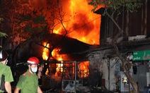 Cảnh sát cứu 4 người trong gia đình mắc kẹt lúc cháy nhà