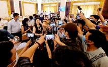 Vợ chồng ông Dũng 'lò vôi' họp báo: Hàng trăm YouTuber có mặt, công an phải đến giữ trật tự