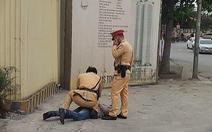Xin bỏ qua lỗi vi phạm bất thành, tài xế say rượu đấm vào mặt thượng úy cảnh sát