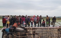 Tránh xe máy, ôtô chở 40 công nhân 'bay' xuống ruộng