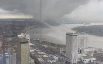 Kỳ lạ mây 'hút' nước sông như phim