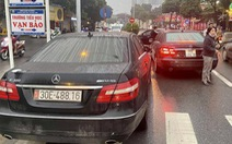Tạm giữ 2 xe Mercedes cùng biển số 'vô tình gặp nhau' trên đường Hà Nội