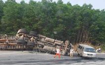 Xe container mất thắng lao vào 4 ô tô, hai người bị thương rất nặng