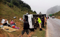 Xe khách chở 20 người từ Sơn La về Hà Nội lật trên quốc lộ 6, một người chết